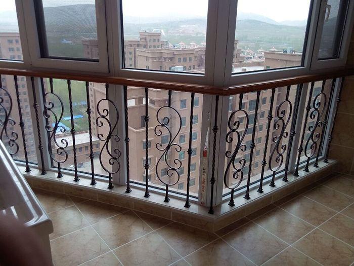 现在防护栏的款式各种各样,很多的家庭安装护栏,不仅起到了美观的效果还为安全多了一份保障;以前用的很多都是砖垒的,然后刷上油漆,但是很是不美观。甚至阳光照射不到阳台的地面上,可是现在很多的厂家生产出了管制的阳台护栏,这样的阳台护栏不但美观,有很好的花纹。和建筑搭配起来很是美观,这就是为什么现在小区越来越多的安装。